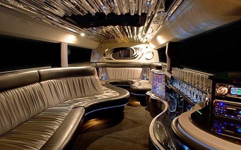 https://www.ragusanews.com/resizer/resize.php?url=https://www.ragusanews.com//immagini_articoli/03-09-2017/1504455406-1-sposi-hummer-limousine-molo-sampieri.jpg&size=800x500c0