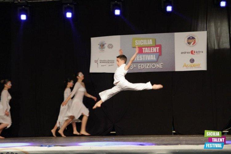 https://www.ragusanews.com/resizer/resize.php?url=https://www.ragusanews.com//immagini_articoli/03-11-2013/1396118759-manuel-vaccaro-dallolimpo-latino-a-scuola-di-danza-teatro-opera-di-roma.jpg&size=750x500c0