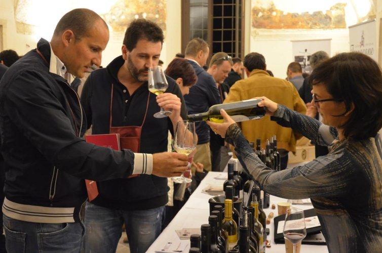 https://www.ragusanews.com/resizer/resize.php?url=https://www.ragusanews.com//immagini_articoli/03-11-2014/1415037122-0-rubino-rotte-del-vino-fa-5-mila-visitatori.jpg&size=754x500c0