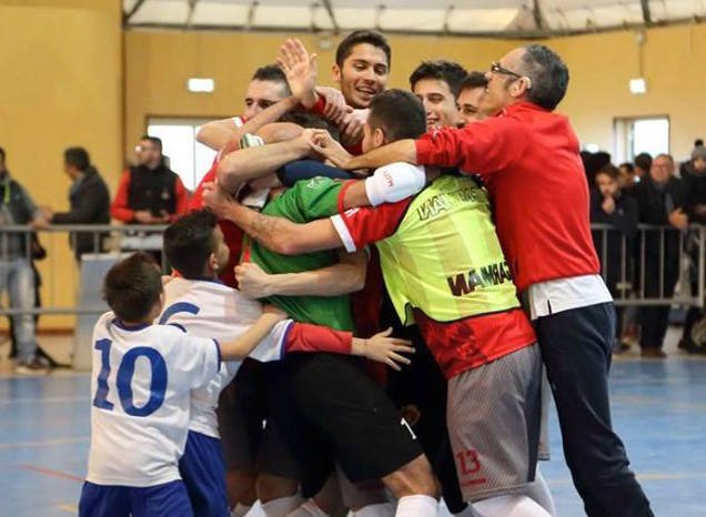 https://www.ragusanews.com/resizer/resize.php?url=https://www.ragusanews.com//immagini_articoli/04-04-2016/1459763007-0-calcio-a-5-lo-promosso-in-c1.jpg&size=682x500c0