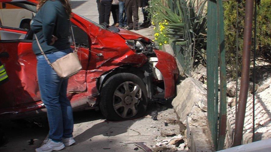 https://www.ragusanews.com/resizer/resize.php?url=https://www.ragusanews.com//immagini_articoli/04-04-2016/1459782051-0-incidente-mortale-perde-la-vita-una-donna.jpg&size=889x500c0