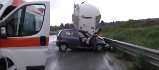 https://www.ragusanews.com/resizer/resize.php?url=https://www.ragusanews.com//immagini_articoli/04-04-2017/1491318172-1-incidente-mortale-viadotto-nino-avola-muore-32enne.jpg&size=1127x500c0