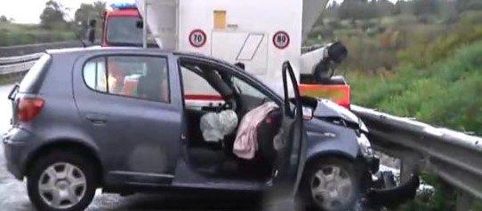 https://www.ragusanews.com/resizer/resize.php?url=https://www.ragusanews.com//immagini_articoli/04-04-2017/1491318172-3-incidente-mortale-viadotto-nino-avola-muore-32enne.jpg&size=1139x500c0