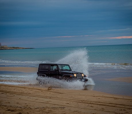 https://www.ragusanews.com/resizer/resize.php?url=https://www.ragusanews.com//immagini_articoli/04-05-2016/1462387139-1-la-spiaggia-di-sampieri-e-la-location-ufficiale-jeep.jpg&size=575x500c0