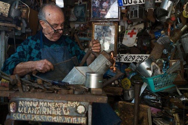 https://www.ragusanews.com/resizer/resize.php?url=https://www.ragusanews.com//immagini_articoli/04-05-2018/1525469245-1-rivive-diventa-museo-bottega-nino-lanternaio.jpg&size=752x500c0