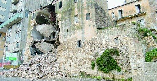 https://www.ragusanews.com/resizer/resize.php?url=https://www.ragusanews.com//immagini_articoli/05-02-2012/1396122678-crollo-della-ex-casa-di-tolleranza-nominato-un-super-perito.jpg&size=970x500c0