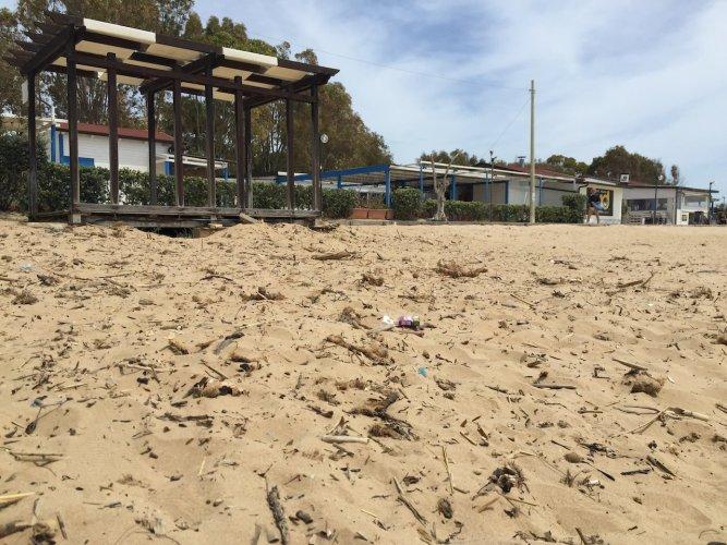 https://www.ragusanews.com/resizer/resize.php?url=https://www.ragusanews.com//immagini_articoli/05-05-2015/1430836312-0-povera-la-mia-spiaggia-di-marina-di-modica.jpg&size=667x500c0