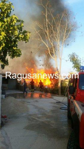 https://www.ragusanews.com/resizer/resize.php?url=https://www.ragusanews.com//immagini_articoli/05-05-2016/1462469035-1-grosso-incendio-a-marina-di-modica.jpg&size=281x500c0