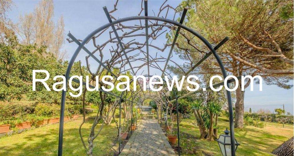 https://www.ragusanews.com/resizer/resize.php?url=https://www.ragusanews.com//immagini_articoli/05-05-2019/1557092852-1-villa-di-battiato-in-vendita-a-milo-spuntano-foto.jpg&size=939x500c0