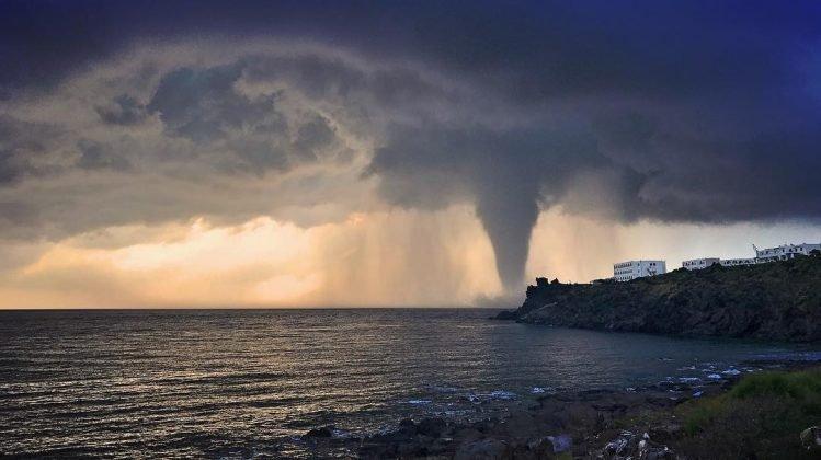 https://www.ragusanews.com/resizer/resize.php?url=https://www.ragusanews.com//immagini_articoli/05-08-2018/1533475014-1-tornado-semina-panico-pantelleria.jpg&size=892x500c0
