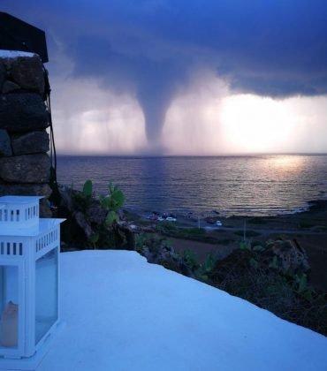 https://www.ragusanews.com/resizer/resize.php?url=https://www.ragusanews.com//immagini_articoli/05-08-2018/1533475036-1-tornado-semina-panico-pantelleria.jpg&size=440x500c0
