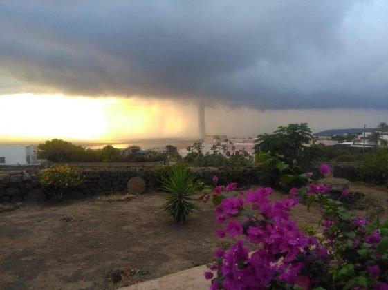 https://www.ragusanews.com/resizer/resize.php?url=https://www.ragusanews.com//immagini_articoli/05-08-2018/1533475059-1-tornado-semina-panico-pantelleria.jpg&size=668x500c0