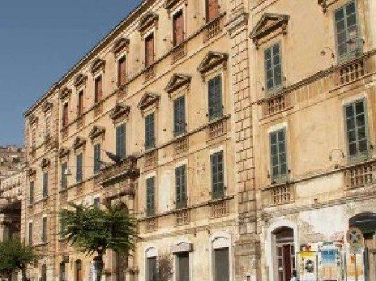 https://www.ragusanews.com/resizer/resize.php?url=https://www.ragusanews.com//immagini_articoli/05-09-2013/1396119294-lassessore-alla-cultura-di-giacomo-il-nome-campailla-non-muoia.jpg&size=670x500c0