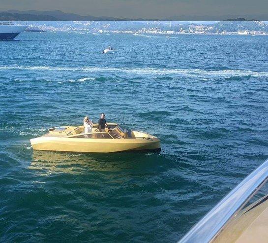 https://www.ragusanews.com/resizer/resize.php?url=https://www.ragusanews.com//immagini_articoli/05-09-2017/1504608661-1-ortigia-arrivato-yacht-doro-chiama-khalilah-foto.png&size=553x500c0