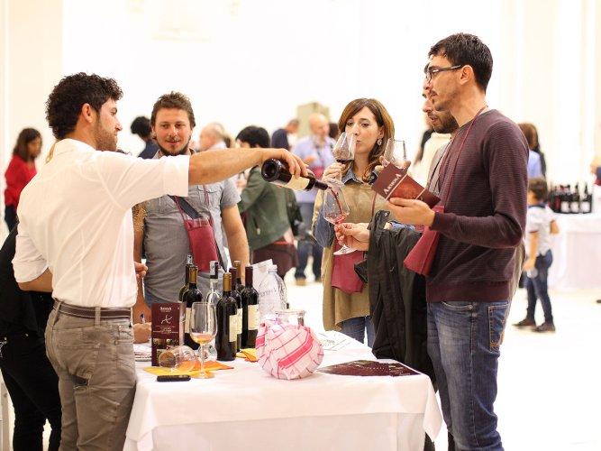 https://www.ragusanews.com/resizer/resize.php?url=https://www.ragusanews.com//immagini_articoli/05-10-2014/1412534510-0-torna-rubino-rotte-del-vino.jpg&size=667x500c0
