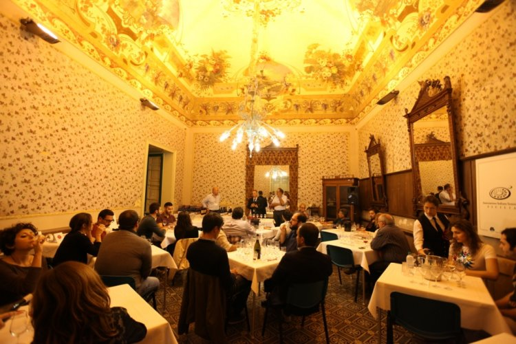 https://www.ragusanews.com/resizer/resize.php?url=https://www.ragusanews.com//immagini_articoli/05-10-2014/1412534510-1-torna-rubino-rotte-del-vino.jpg&size=750x500c0