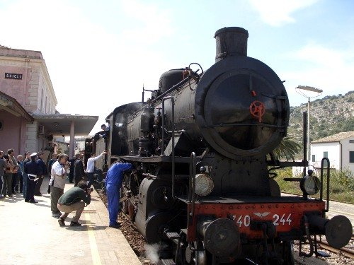 https://www.ragusanews.com/resizer/resize.php?url=https://www.ragusanews.com//immagini_articoli/05-10-2014/1412543529-0-l-infanzia-di-elio-vittorini-nelle-stazioni-siciliane.jpg&size=667x500c0