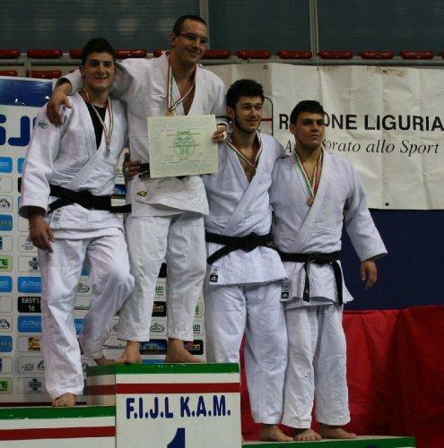 https://www.ragusanews.com/resizer/resize.php?url=https://www.ragusanews.com//immagini_articoli/06-03-2012/1396122473-judo-francesco-scarso-medaglia-d-argento.jpg&size=495x500c0