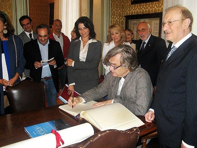 https://www.ragusanews.com/resizer/resize.php?url=https://www.ragusanews.com//immagini_articoli/06-03-2015/1425632955-0-in-volo-sulla-sicilia-in-regalo-a-wim-wenders.jpg&size=667x500c0