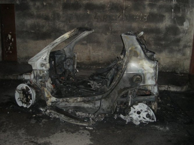 https://www.ragusanews.com/resizer/resize.php?url=https://www.ragusanews.com//immagini_articoli/06-04-2016/1459963188-0-incendiata-una-smart-a-santa-maria-la-nova.jpg&size=667x500c0