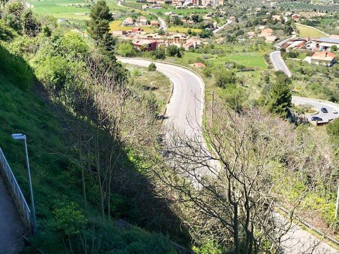 https://www.ragusanews.com/resizer/resize.php?url=https://www.ragusanews.com//immagini_articoli/06-04-2018/1523021160-5-giungla-sterpaglie-corso-kennedy-manca-solo-tarzan-foto.jpg&size=667x500c0