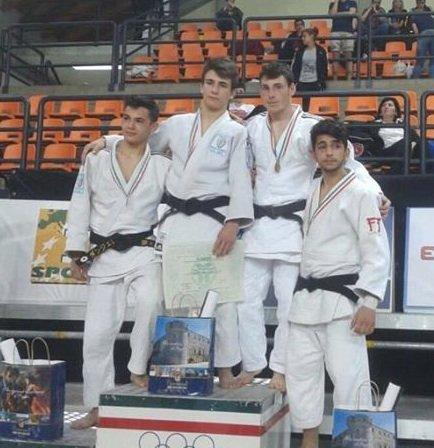 https://www.ragusanews.com/resizer/resize.php?url=https://www.ragusanews.com//immagini_articoli/06-05-2015/1430939266-0-judo-campionati-di-bronzo-per-vilardo.jpg&size=484x500c0