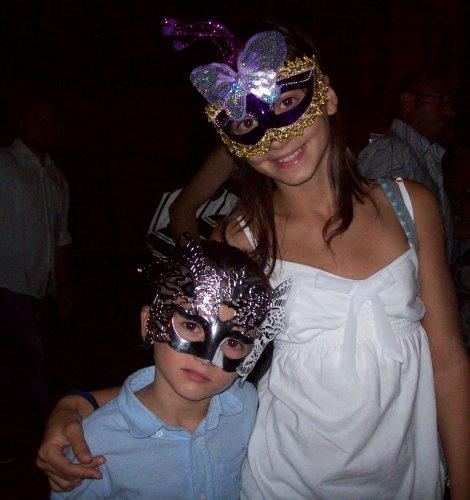https://www.ragusanews.com/resizer/resize.php?url=https://www.ragusanews.com//immagini_articoli/06-09-2015/1441545984-0-il-ballo-in-maschera-in-piazza.jpg&size=470x500c0
