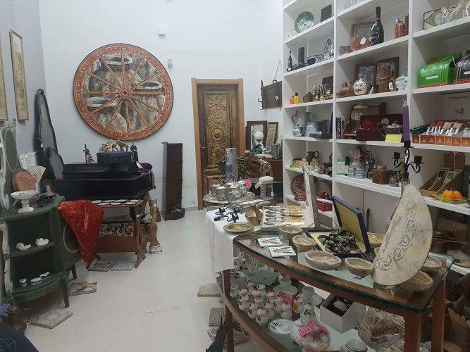 https://www.ragusanews.com/resizer/resize.php?url=https://www.ragusanews.com//immagini_articoli/06-12-2017/1512552787-1-modica-alta-chiude-negozio-svendita-natalizia.jpg&size=667x500c0