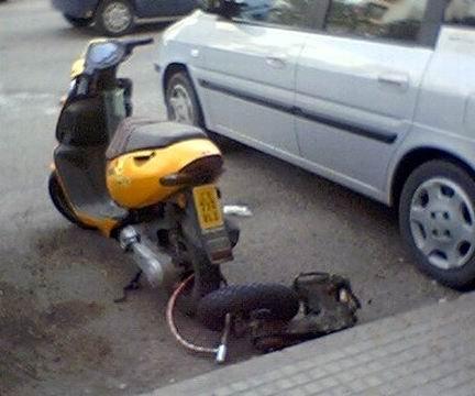 https://www.ragusanews.com/resizer/resize.php?url=https://www.ragusanews.com//immagini_articoli/07-01-2014/1396118313-scooter-rubato-a-ragazza-a-scicli-e-trovato-a-rumeno-a-vittoria.jpg&size=600x500c0