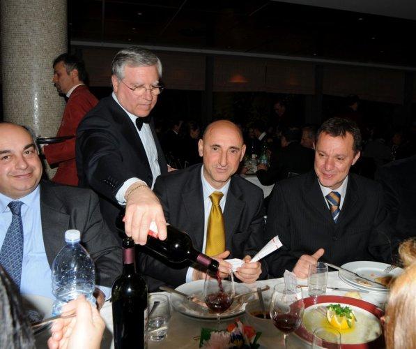 https://www.ragusanews.com/resizer/resize.php?url=https://www.ragusanews.com//immagini_articoli/07-03-2009/1396863159-politici-al-servizio-il-pranzo-e-servito.jpg&size=597x500c0