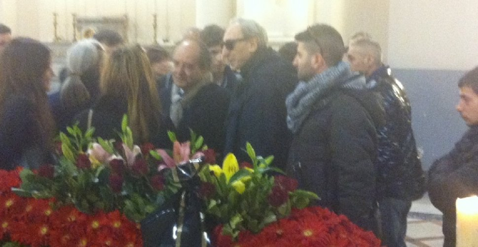 https://www.ragusanews.com/resizer/resize.php?url=https://www.ragusanews.com//immagini_articoli/07-03-2014/1396117748-celebrati-i-funerali-di-manlio-sgalambro.jpg&size=969x500c0