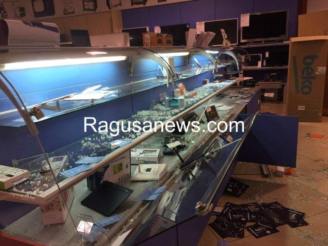 https://www.ragusanews.com/resizer/resize.php?url=https://www.ragusanews.com//immagini_articoli/07-04-2016/1460053869-1-furto-da-triumph-bottino-da-50mila-euro-foto.jpg&size=667x500c0