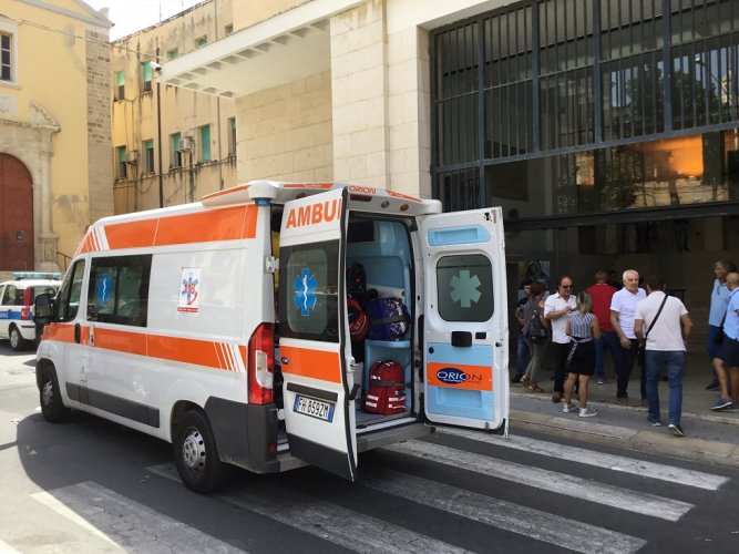 https://www.ragusanews.com/resizer/resize.php?url=https://www.ragusanews.com//immagini_articoli/07-09-2018/1536319632-1-mozione-sfiducia-sindaco-gela-sente-male-ambulanza.jpg&size=667x500c0