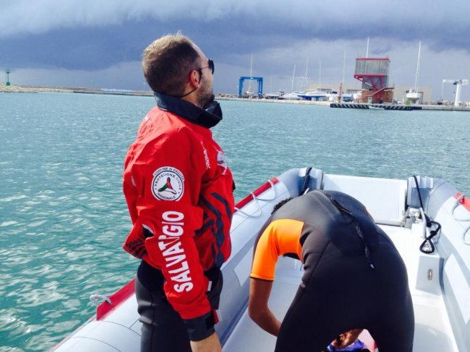 https://www.ragusanews.com/resizer/resize.php?url=https://www.ragusanews.com//immagini_articoli/07-11-2014/1415397371-0-in-sicurezza-il-porto-di-marina.jpg&size=667x500c0