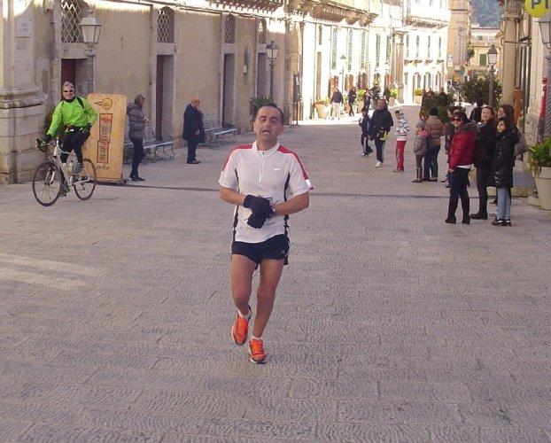 https://www.ragusanews.com/resizer/resize.php?url=https://www.ragusanews.com//immagini_articoli/08-01-2012/1396122781-lorenzo-sanzone-si-aggiudica-la-hybla-barocco-marathon.jpg&size=622x500c0