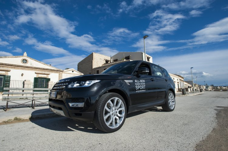 https://www.ragusanews.com/resizer/resize.php?url=https://www.ragusanews.com//immagini_articoli/08-01-2015/1420757413-1-range-rover-sport-uno-yacht-cui-puoi-chiedere-portami-a-casa.jpg&size=751x500c0
