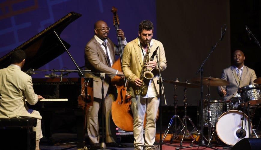 https://www.ragusanews.com/resizer/resize.php?url=https://www.ragusanews.com//immagini_articoli/08-06-2015/1433715284-0-brilla-il-jazz-fest-brilla-vittoria.jpg&size=869x500c0
