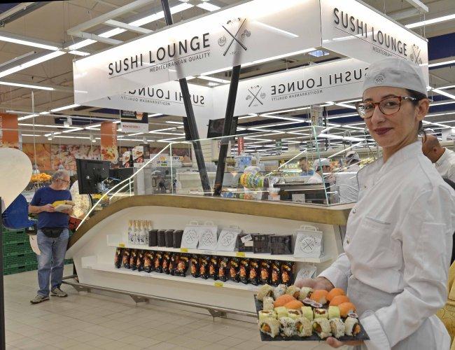 https://www.ragusanews.com/resizer/resize.php?url=https://www.ragusanews.com//immagini_articoli/08-09-2017/1504889137-1-ragusa-inaugurato-sushi-lounge-dellinterspar-foto.jpg&size=650x500c0