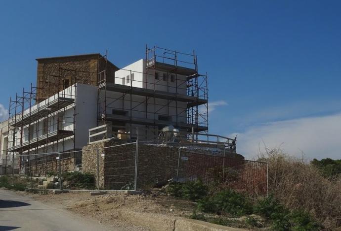 https://www.ragusanews.com/resizer/resize.php?url=https://www.ragusanews.com//immagini_articoli/08-09-2018/1536408515-1-sgarbi-furioso-villa-costruita-addosso-torre.jpg&size=736x500c0