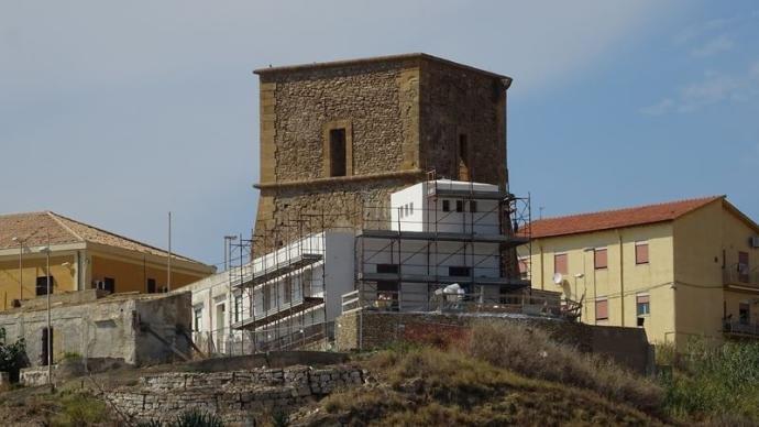 https://www.ragusanews.com/resizer/resize.php?url=https://www.ragusanews.com//immagini_articoli/08-09-2018/1536408515-2-sgarbi-furioso-villa-costruita-addosso-torre.jpg&size=889x500c0