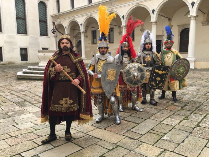 https://www.ragusanews.com/resizer/resize.php?url=https://www.ragusanews.com//immagini_articoli/09-02-2018/1518193464-1-scicli-pupi-siciliani-carnevale-venezia.jpg&size=667x500c0