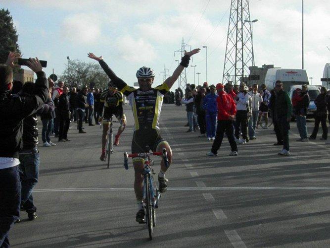 https://www.ragusanews.com/resizer/resize.php?url=https://www.ragusanews.com//immagini_articoli/09-04-2012/1396122196-ciclismo-massimo-cassibba-primo-al-memorial-chessari.jpg&size=667x500c0