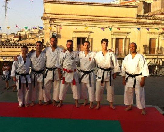 https://www.ragusanews.com/resizer/resize.php?url=https://www.ragusanews.com//immagini_articoli/09-07-2012/1396121801-a-monterosso-se-le-danno-a-suon-di-karate.jpg&size=619x500c0