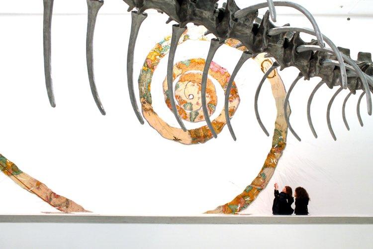 https://www.ragusanews.com/resizer/resize.php?url=https://www.ragusanews.com//immagini_articoli/10-05-2015/1431258454-4-sulle-tracce-del-serpente-al-maxxi-di-roma.jpg&size=750x500c0
