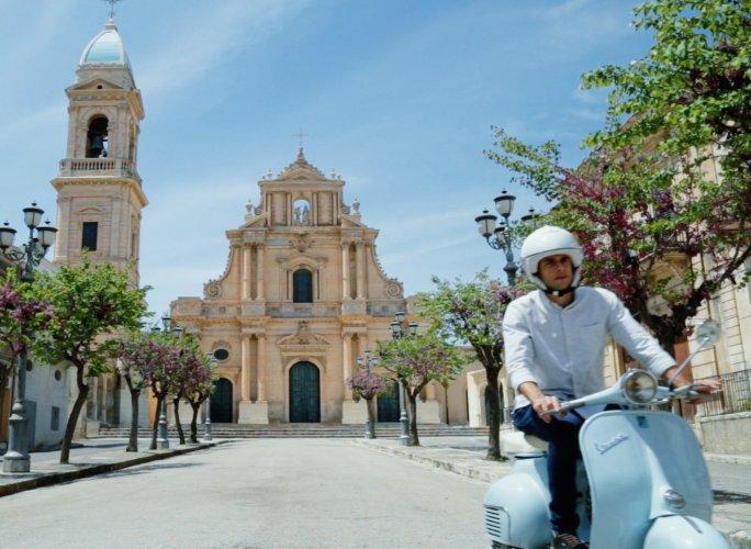 https://www.ragusanews.com/resizer/resize.php?url=https://www.ragusanews.com//immagini_articoli/10-06-2015/1433929979-1-il-racconto-della-sicilia-in-vespa.jpg&size=684x500c0