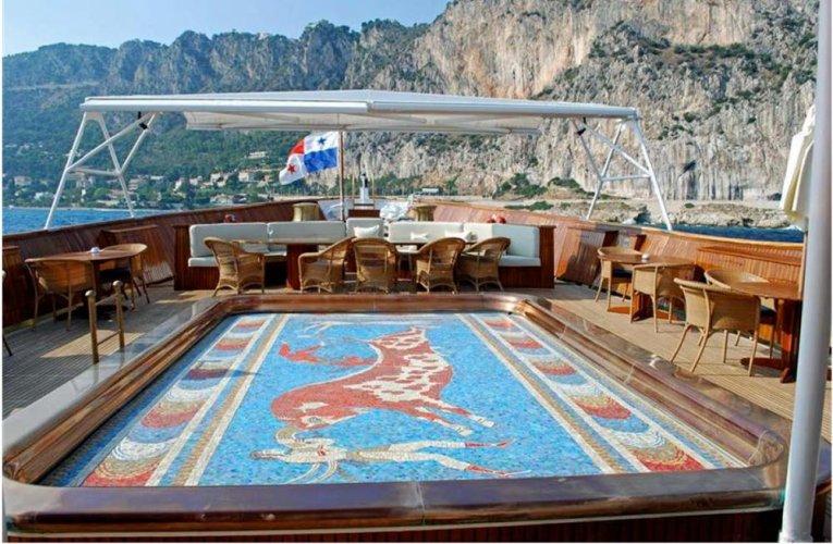 https://www.ragusanews.com/resizer/resize.php?url=https://www.ragusanews.com//immagini_articoli/10-06-2017/1497119884-1-lipari-yacht-onassis-rubinetti-doro-foto.jpg&size=765x500c0