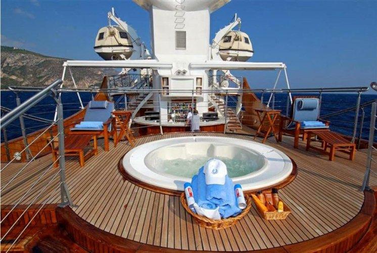 https://www.ragusanews.com/resizer/resize.php?url=https://www.ragusanews.com//immagini_articoli/10-06-2017/1497119884-2-lipari-yacht-onassis-rubinetti-doro-foto.jpg&size=746x500c0