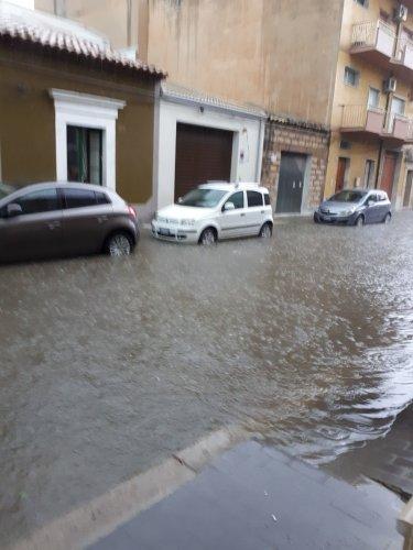 https://www.ragusanews.com/resizer/resize.php?url=https://www.ragusanews.com//immagini_articoli/10-11-2017/1510301034-1-violento-nubifragio-provincia-vittoria-sottacqua-foto-video.jpg&size=375x500c0