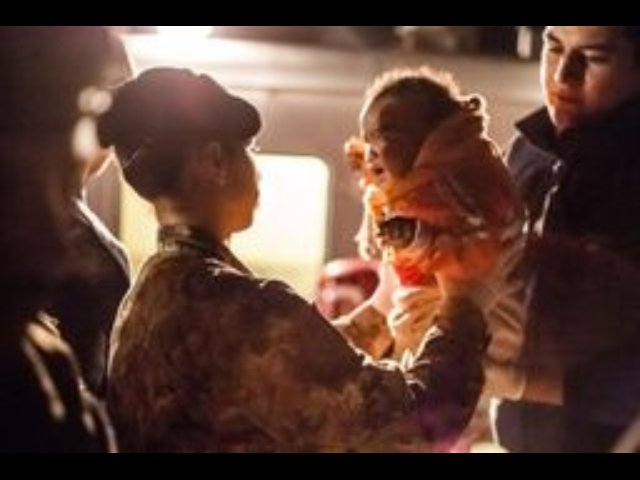 https://www.ragusanews.com/resizer/resize.php?url=https://www.ragusanews.com//immagini_articoli/10-12-2013/1396118492-esercito-accoglie-migranti-lampedusa.jpg&size=667x500c0