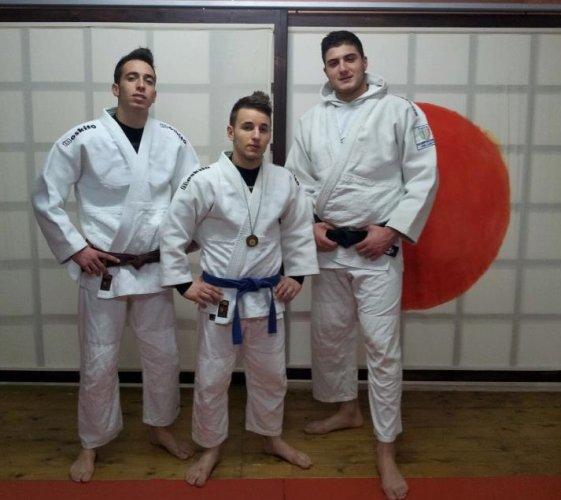 https://www.ragusanews.com/resizer/resize.php?url=https://www.ragusanews.com//immagini_articoli/11-02-2013/1396120839-judoisti-pozzallesi-sugli-scudi.jpg&size=561x500c0